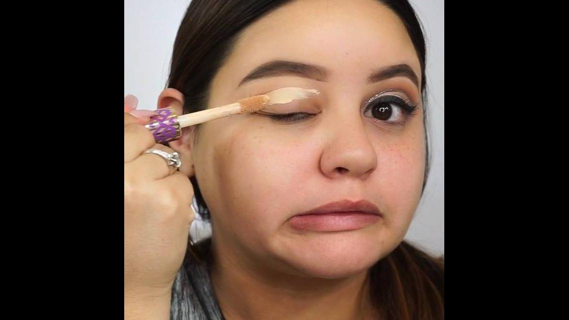 Tutorial de maquiagem com sombra com delineado e detalhe com Glitter dourado