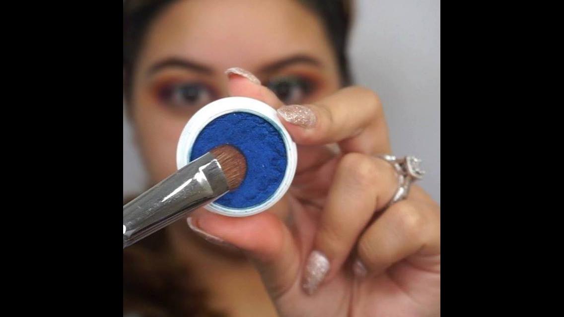 Tutorial de sombra azul com esfumado marrom e delineado prata