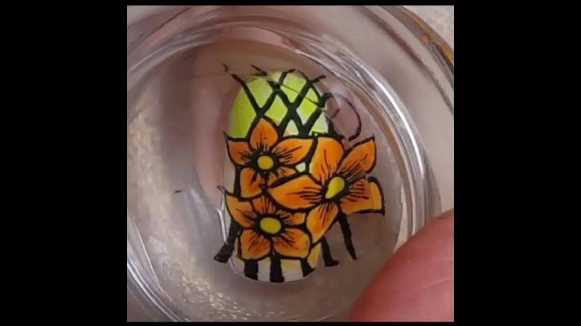 Tutorial de unha decorada com desenho de flor na cor laranja