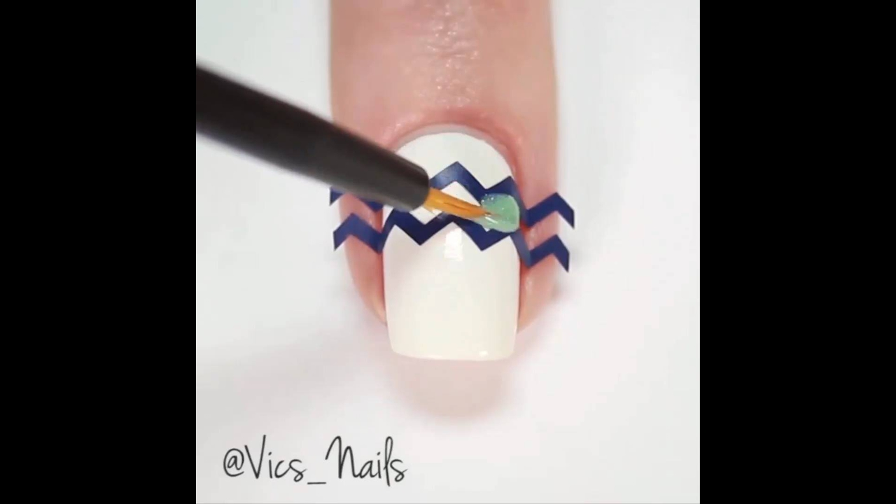 Tutorial de unhas decoradas com ajuda de fita adesiva, olha só que legal!!!