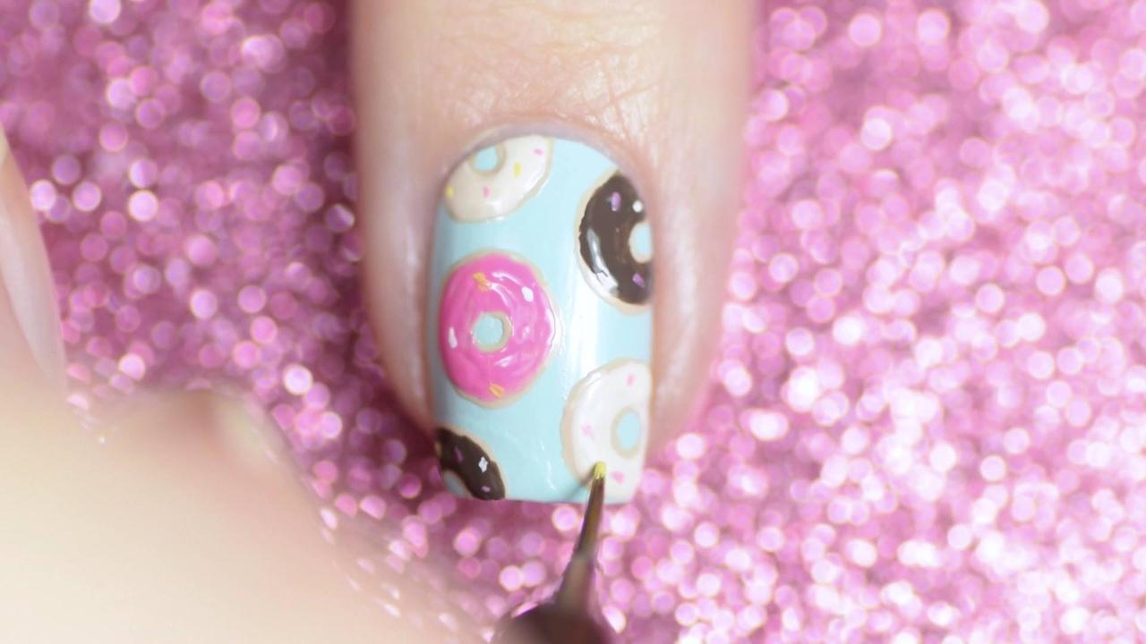 Tutorial de unhas decoradas com desenhos de rosquinhas