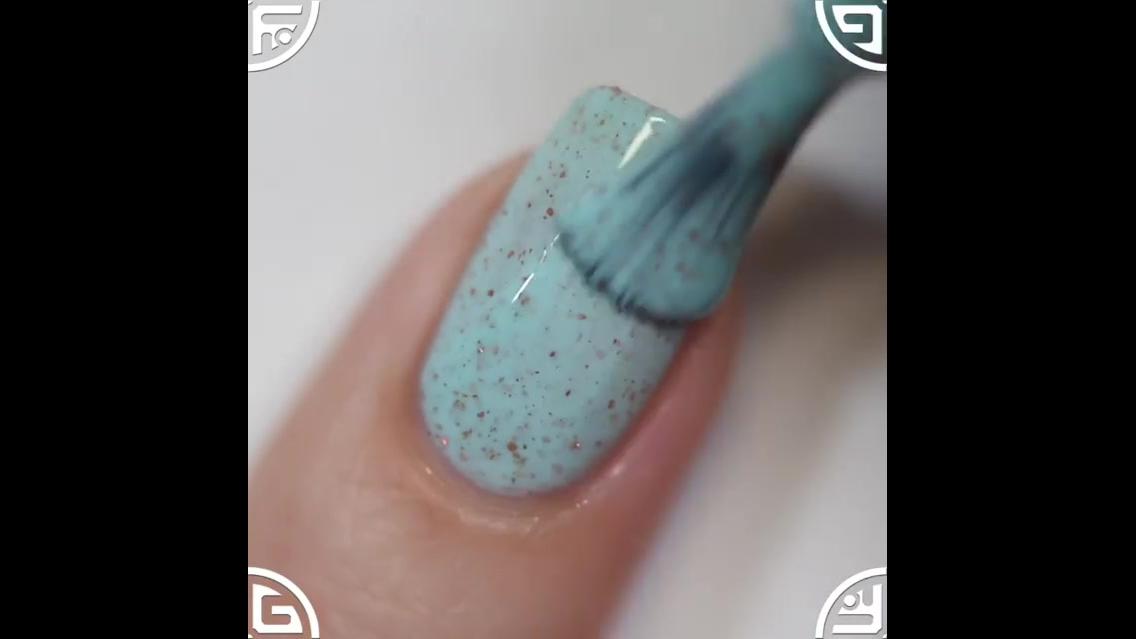 Unha com esmalte azul clarinho