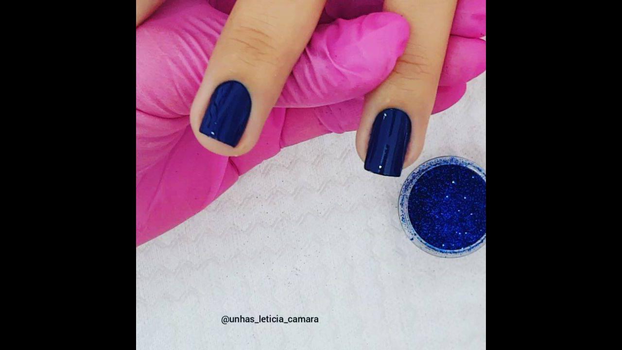 Unha com esmalte azul com aplicação de pó cromado azul, veja que linda!!!