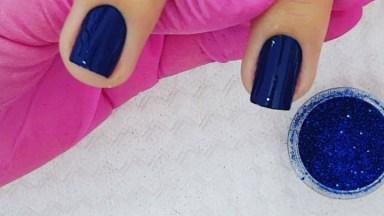 Unha Com Esmalte Azul Com Aplicação De Pó Cromado Azul, Veja Que Linda!