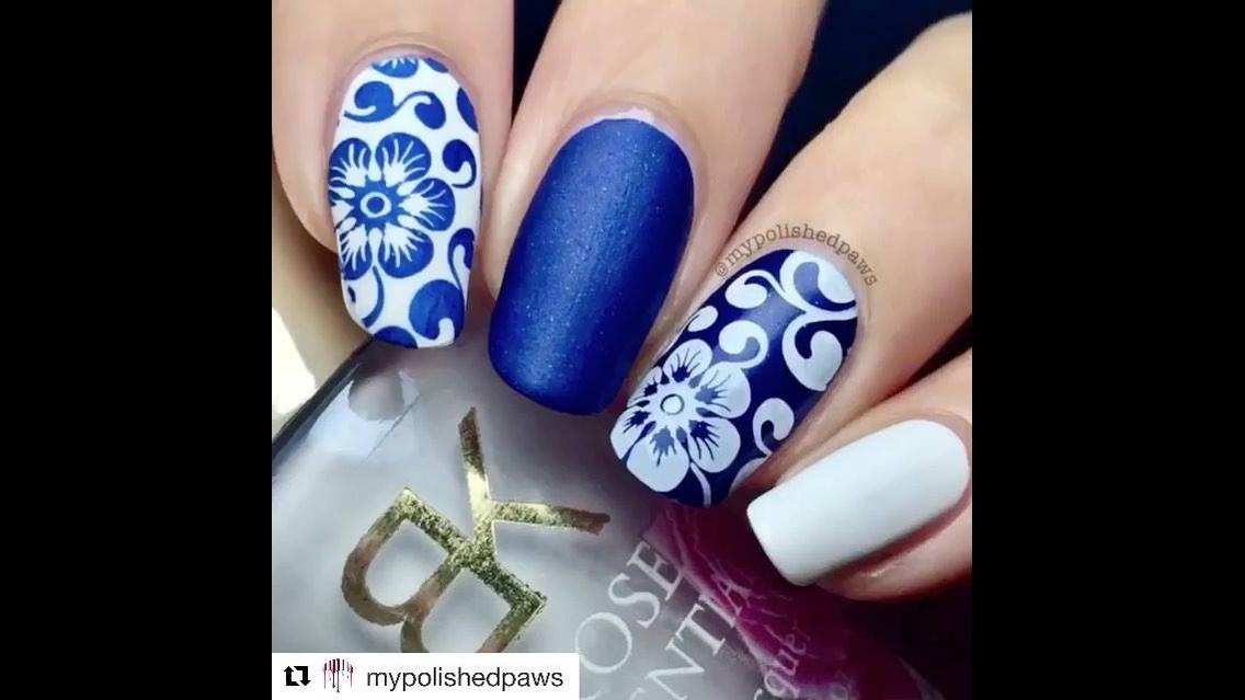 Unha com esmalte azul e branco com flores