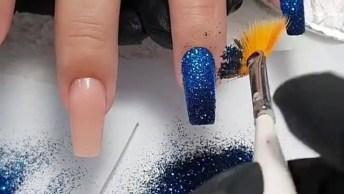 Unha Com Esmalte Azul E Glitter Com Efeito Degradê, Olha Só Que Lindo!