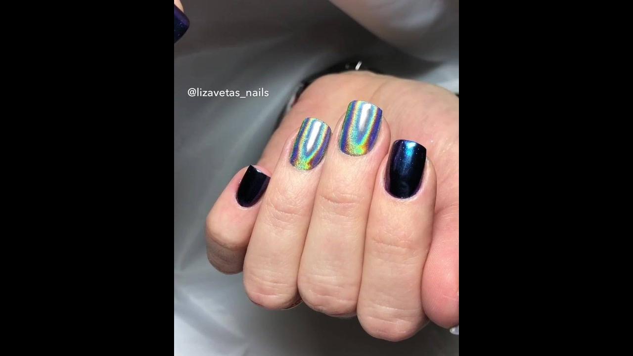 Unha com esmalte azul escuro metálico