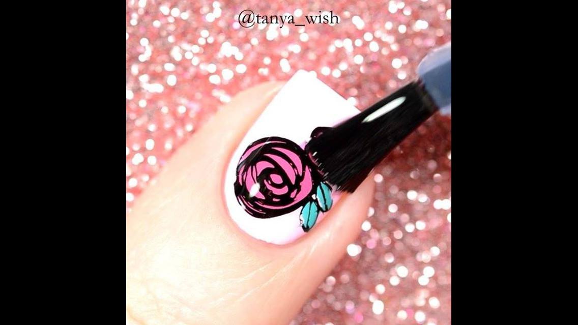 Unha com esmalte cor de rosa claro, e desenho de rosa por cima!!!