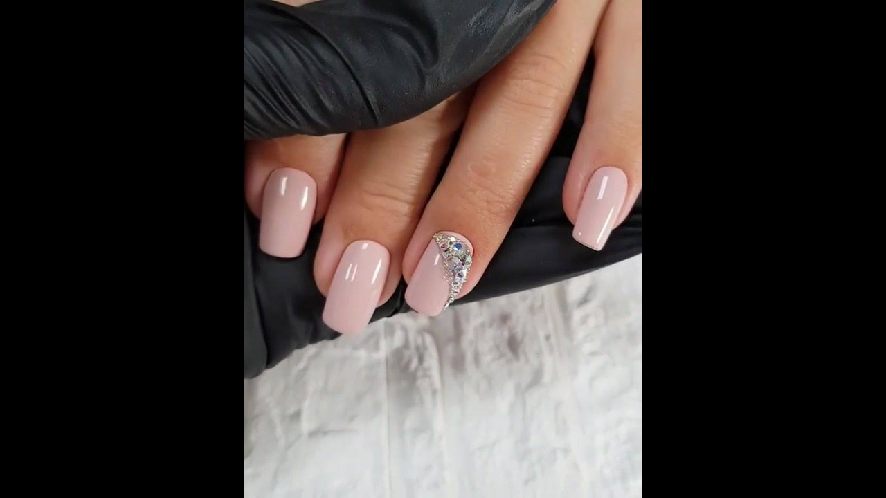 Unha com esmalte de cor nude, e decoração com strass, veja que perfeito!!!