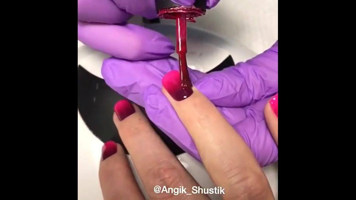 Unha com esmalte degradê vermelho e rosa
