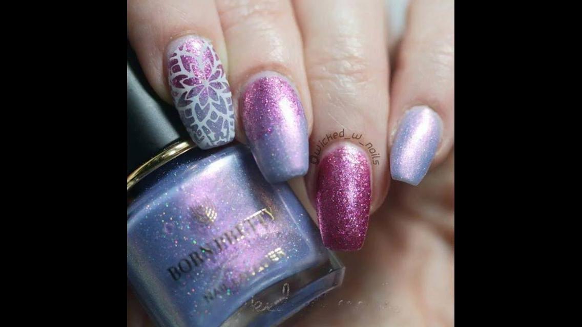 Unha com esmalte holográfico lilás, e carimbo com desenho na cor branca!!!