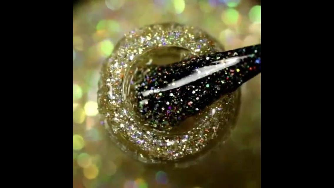 Unha com esmalte preto decorada com esmalte com Glitter dourado