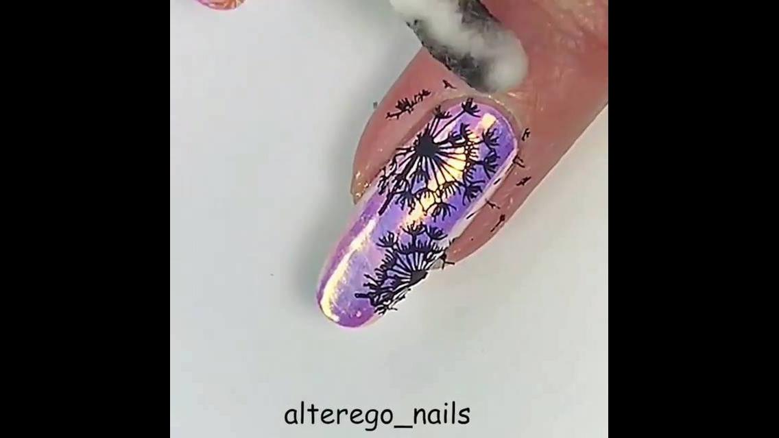 Unha com esmalte rosa e pó cromado furta-cor com reflexo lilás, e desenhos!!!