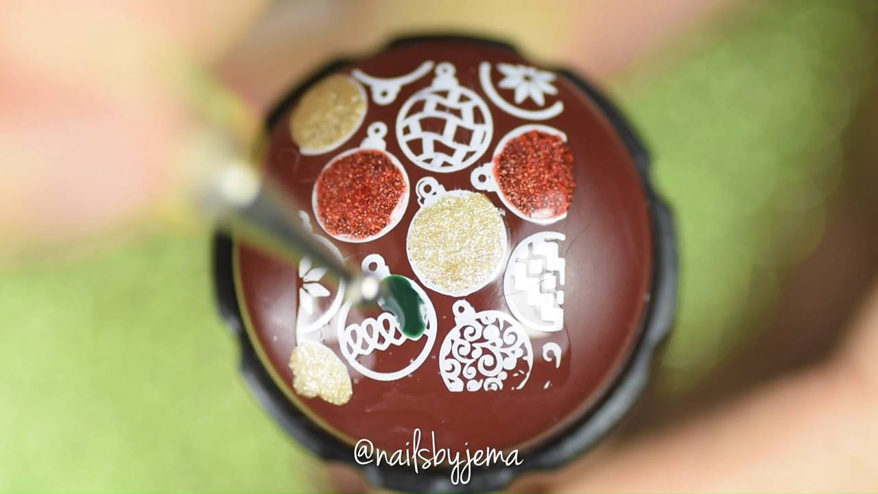Unha decorada com bolas de arvore natal