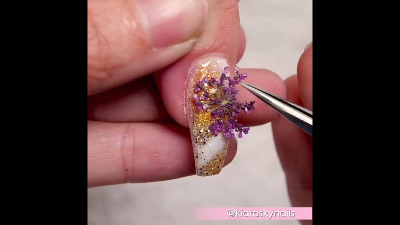Unha decorada com desenho feito a mão, e aplicação de flores e gel acrílico!!!