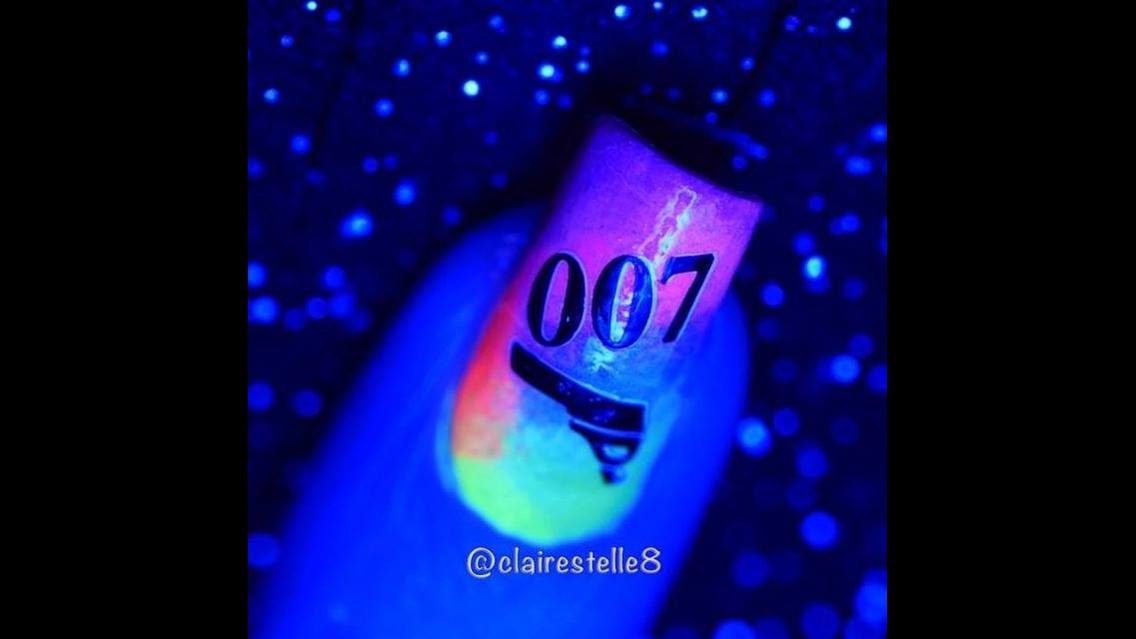 Unha decorada com esmalte colorido que brilha no escuro, e desenho temático!!!