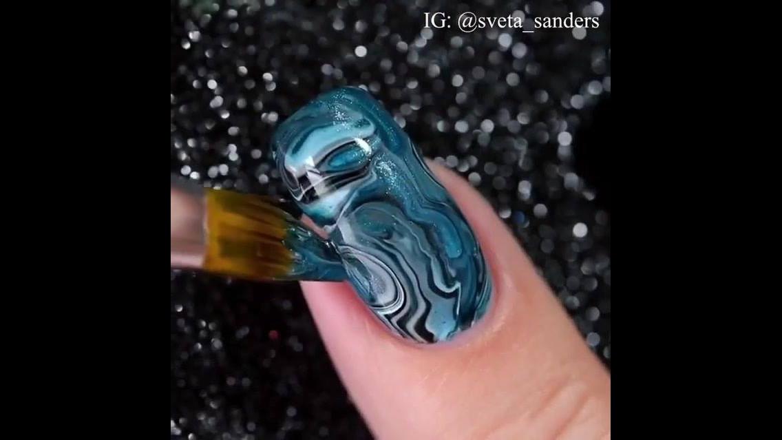 Unha decorada com técnica de pincel com esmalte misturado