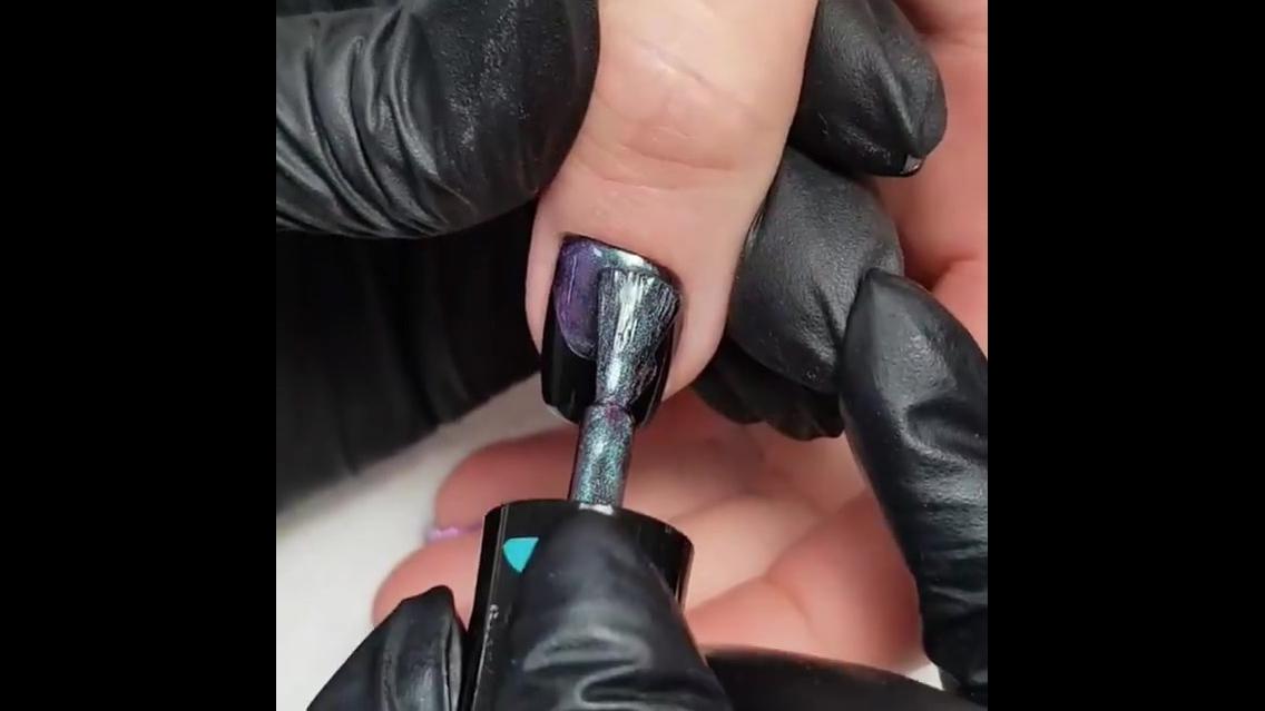Unha feita com esmalte magnético que muda de cor