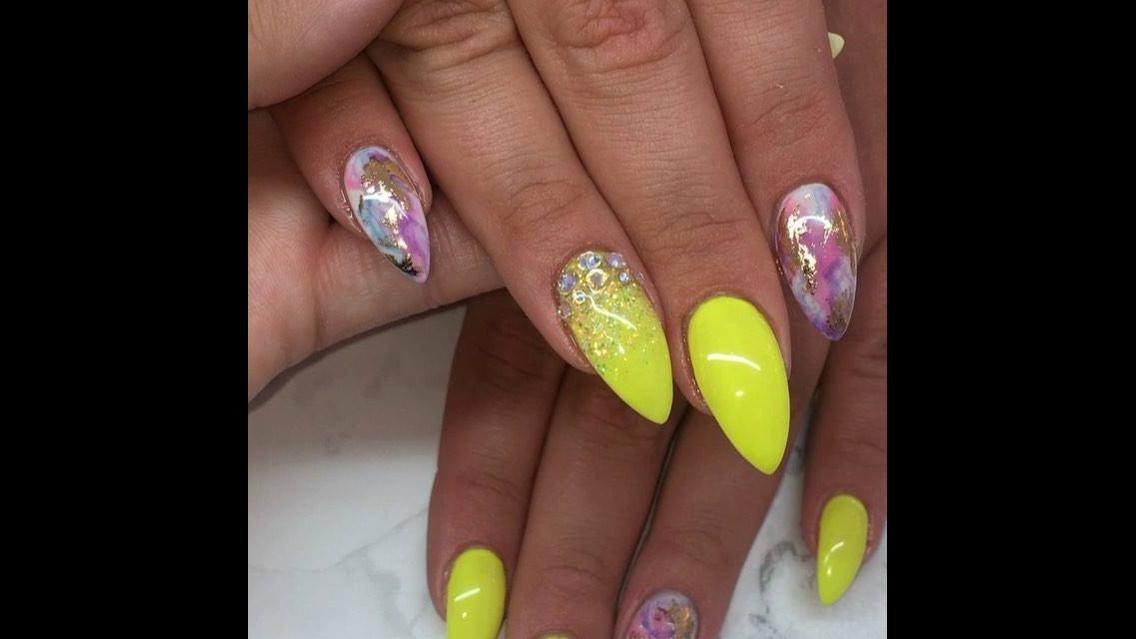 Unhas amarelas com decoração incrível, mais uma ideia para fazer nas unhas!