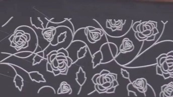 Unhas Brancas Decoradas Com Rosas Vermelhas, Fica Muito Lindo!