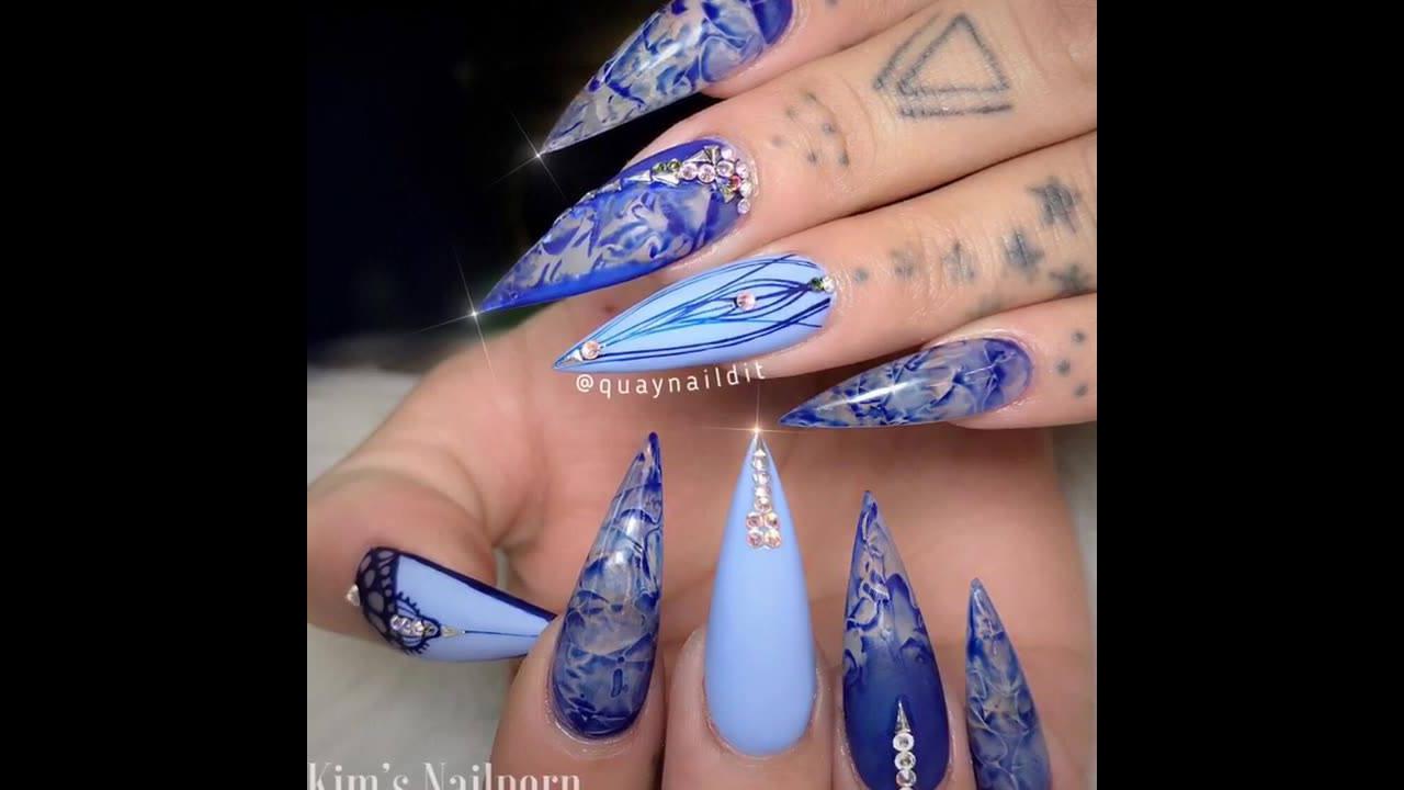 Unhas com decorações em tons azuis