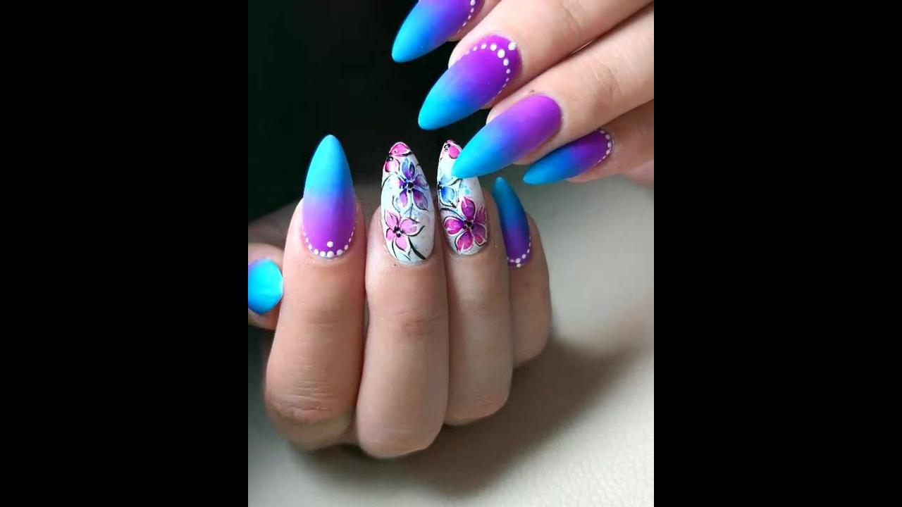 Unhas com efeito degradê na cor lilas e azul