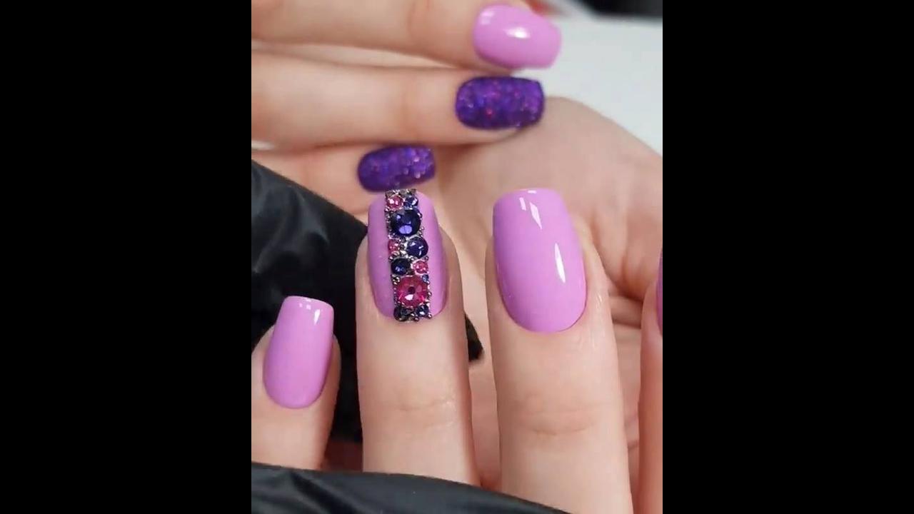 Unhas com esmalte rosa e aplicação de strass e Glitter, simplesmente lindas!!!
