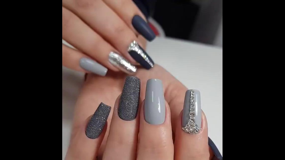 Unhas decoradas nas cores cinzas e cristais