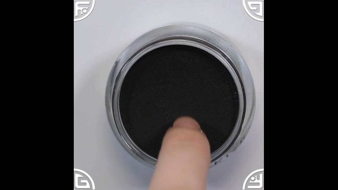 Unhas feitas com o pozinho branco e preto