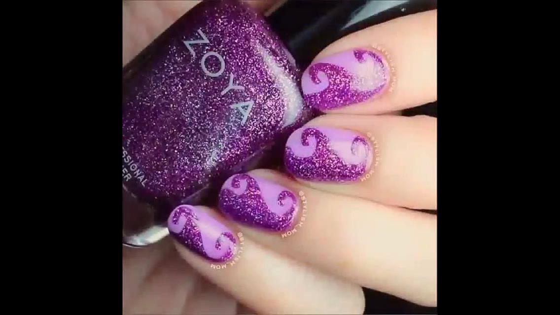 Unhas lilás com detalhe roxo brilhante