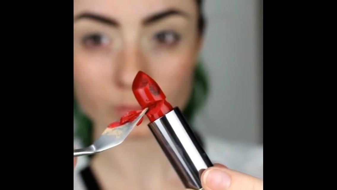 Usando batons nas unhas e nos olhos