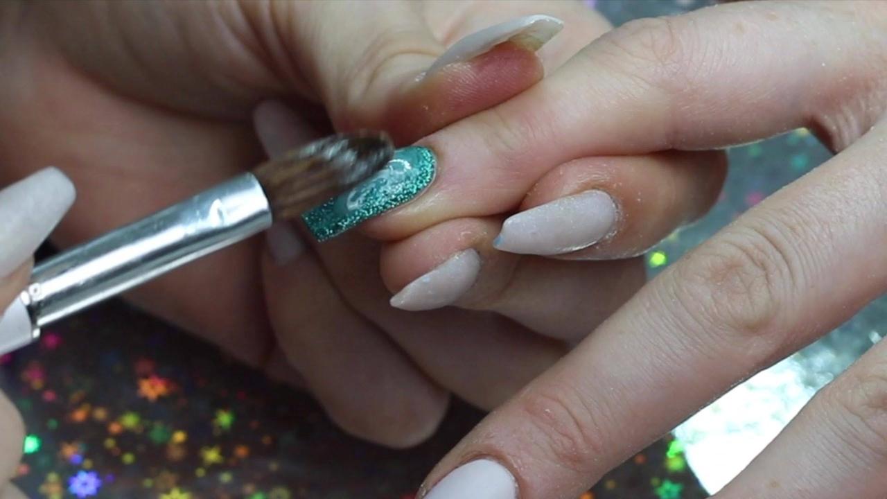 Vídeo com lindas unhas feitas em acrigel, nas cores branco, verde, e pó cromado!