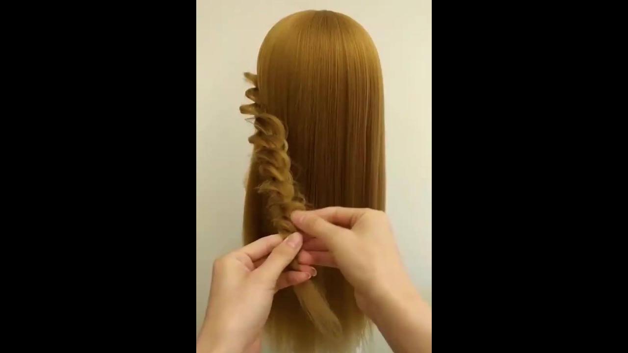 Vídeo com tutoriais de penteados em cabelos longos