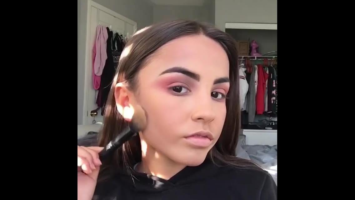 Vídeo com várias inspirações de maquiagem para garotas