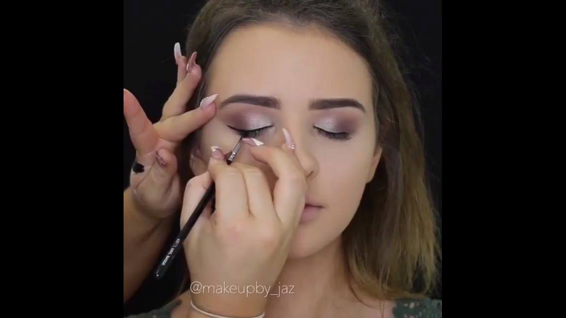 Vídeo com várias inspirações de maquiagem para você fazer em casa