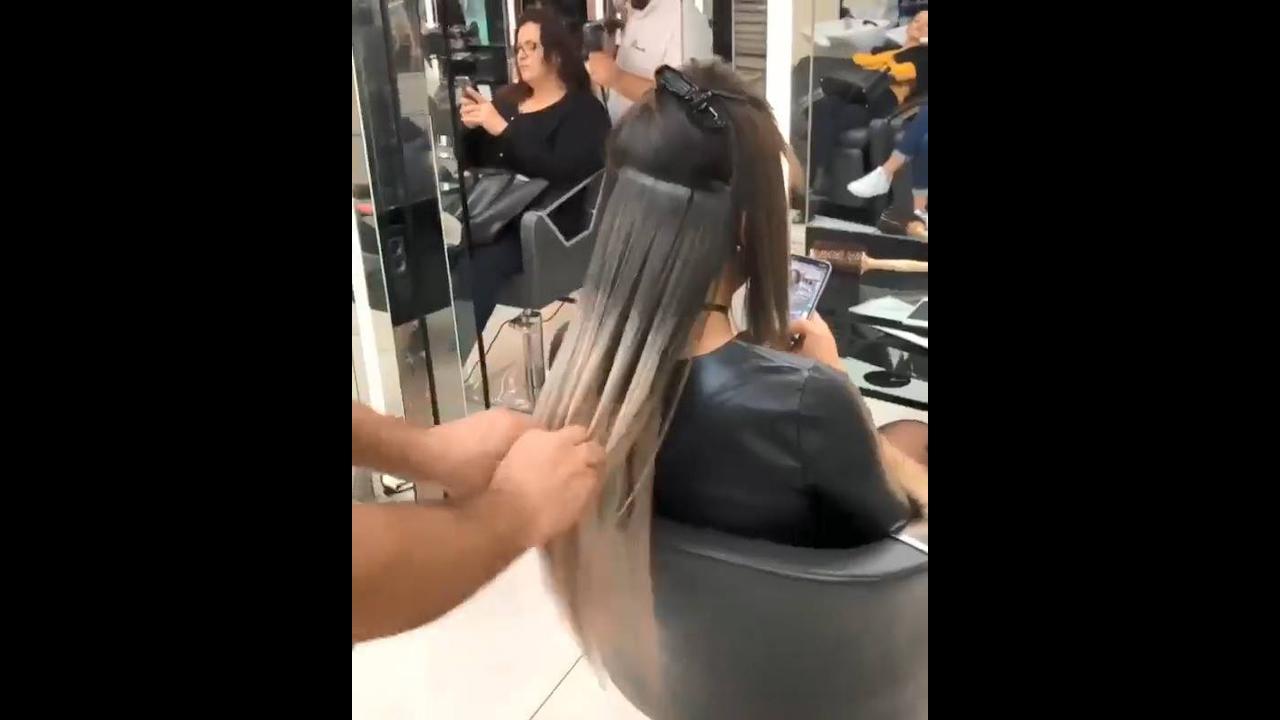 Vídeo mostrando aplicação de mega hair de fita adesiva de queratina