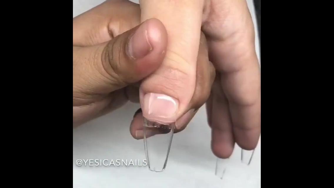 Vídeo mostrando aplicação de unhas acrílica, o antes e depois é incrível!!!