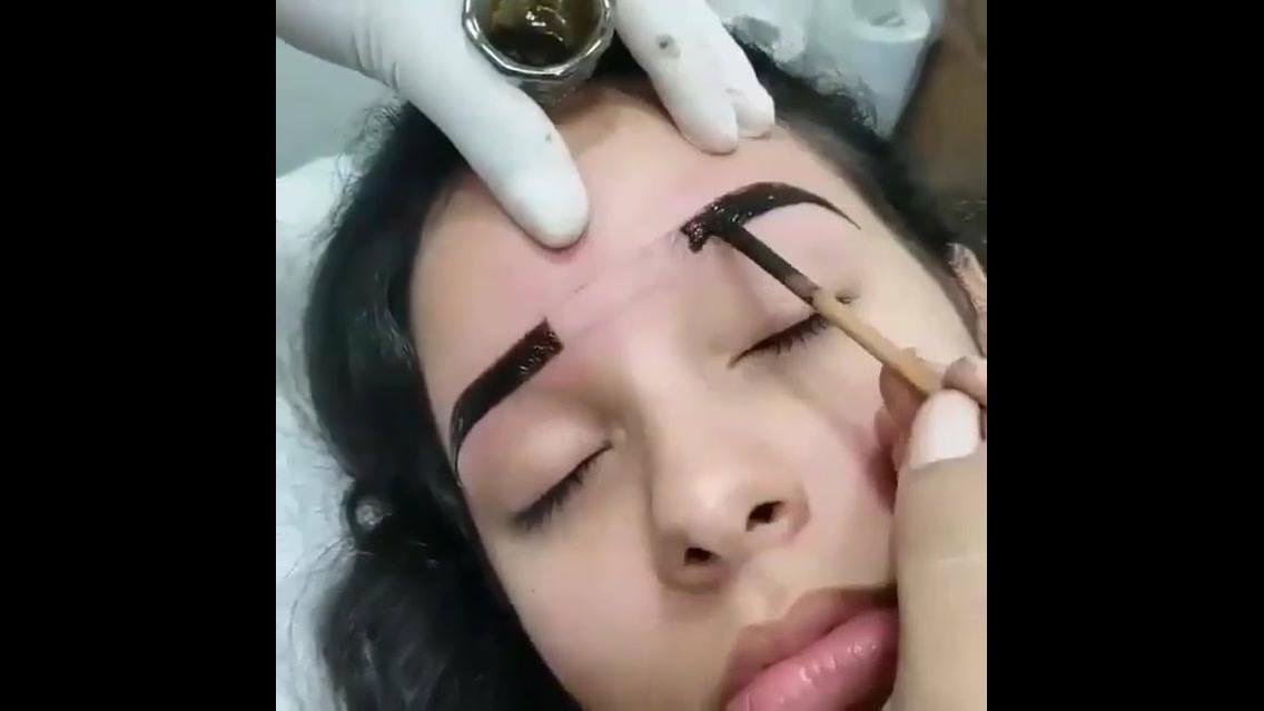 Vídeo mostrando como é feita aplicação de hena, para uma sobrancelha mais bonita