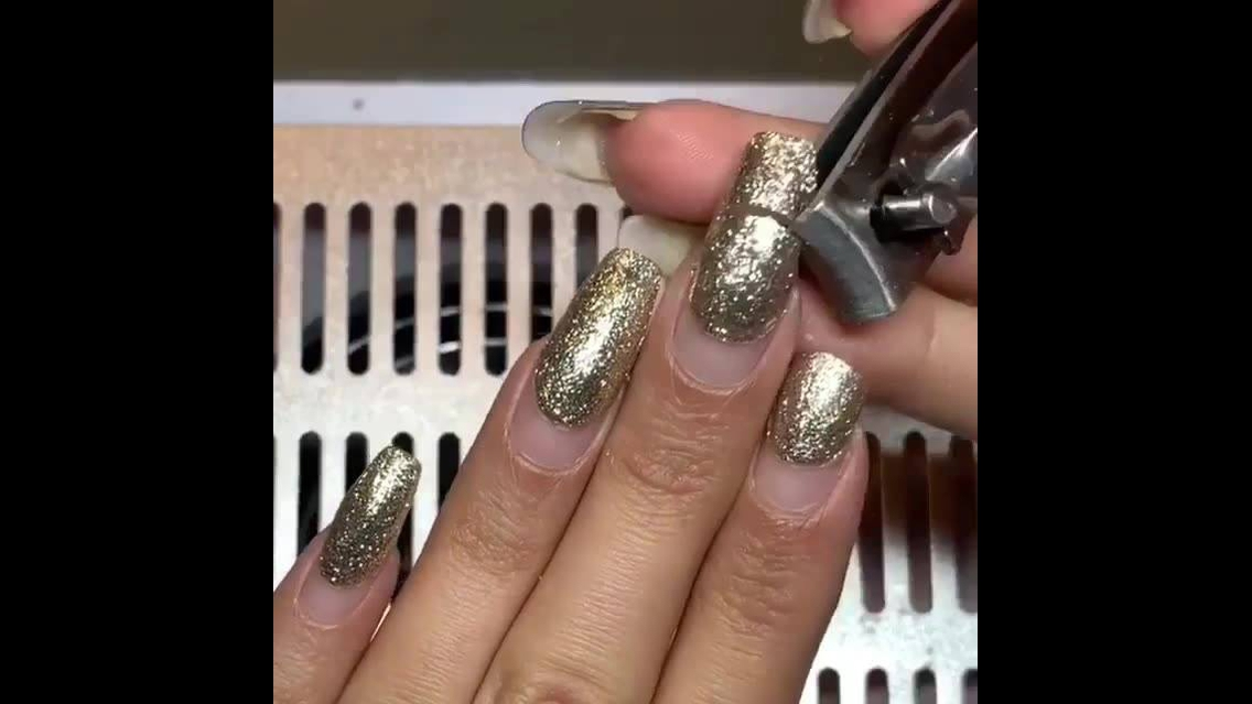 Vídeo mostrando retirada de unhas em acrigel