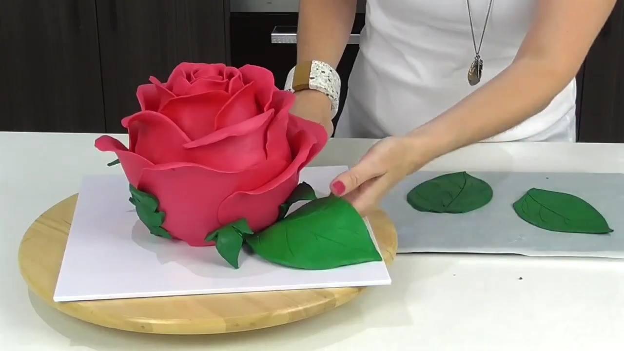 Aprenda a fazer um lindo bolo em formato de rosa