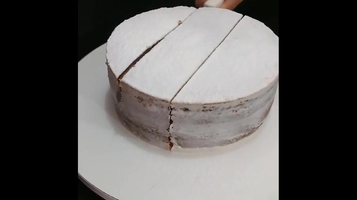 Aprenda a forma mais fácil de cortar um bolo redondo, uma dica incrível!