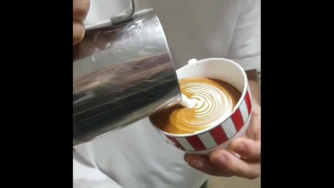 Barista fazendo uma obra de arte no café