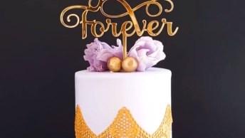 Bolo Branco Com Decoração Dourada E Flores Lilás, Muito Lindo!