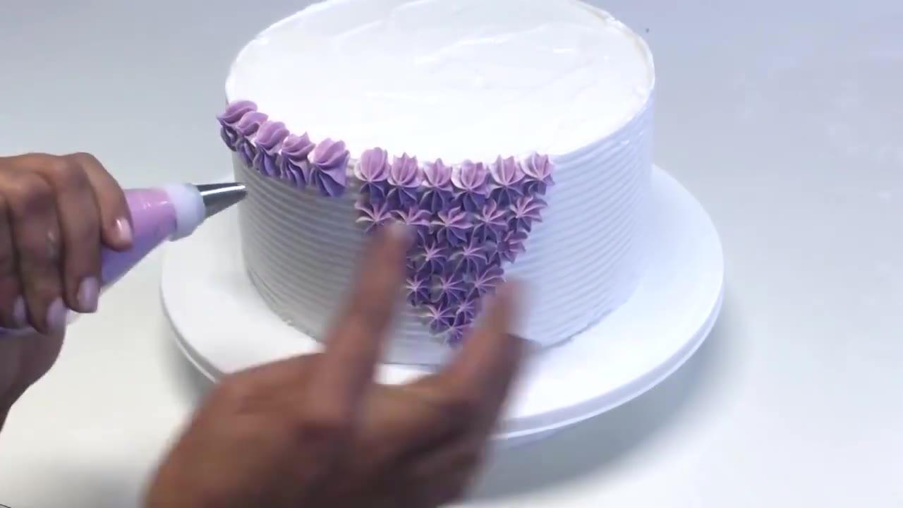Bolo branco com decoração lilás