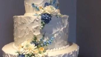 Bolo Branco Decorado Com Florzinhas Azuis, Fica Muito Lindo!