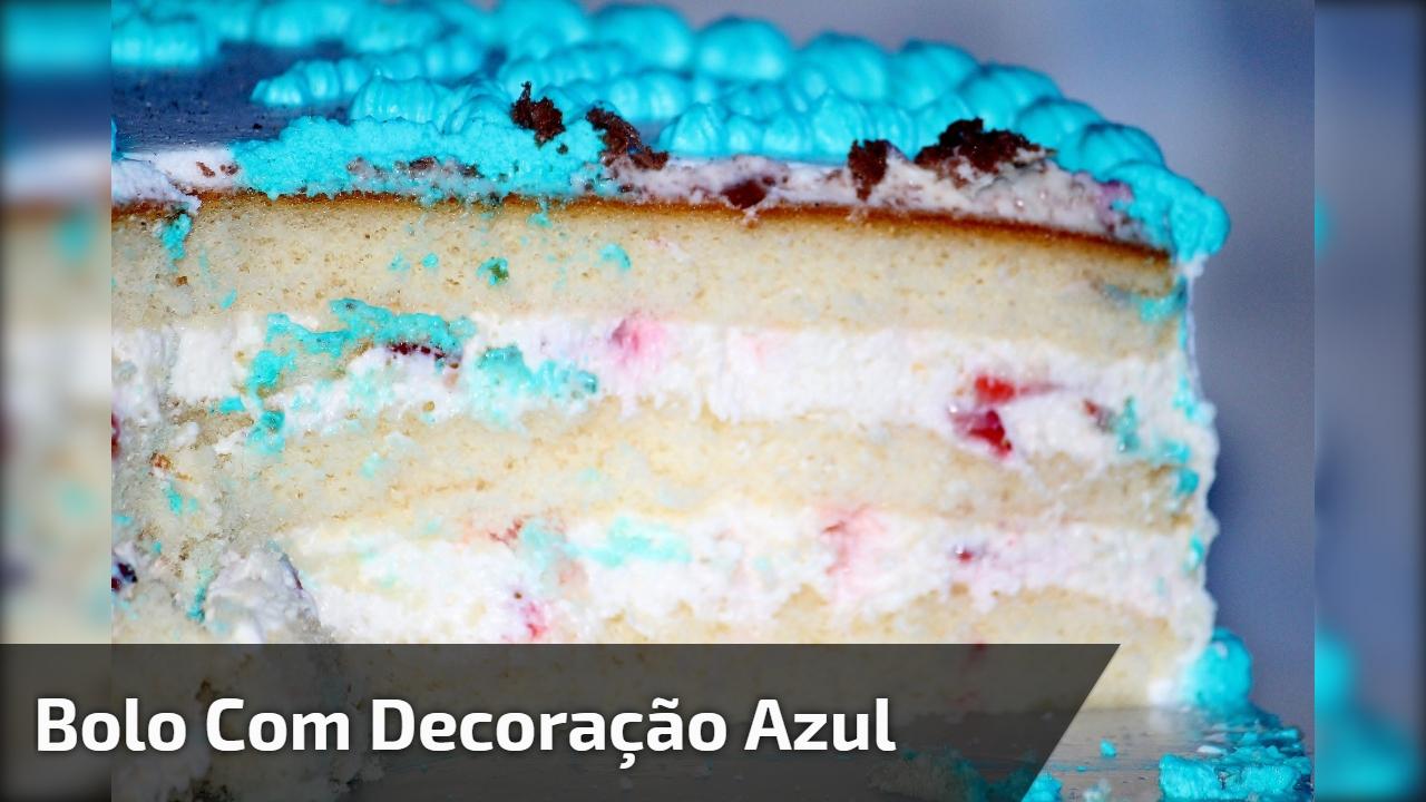 Bolo com decoração azul em formato de cordinhas, fica lindo e é fácil de fazer!