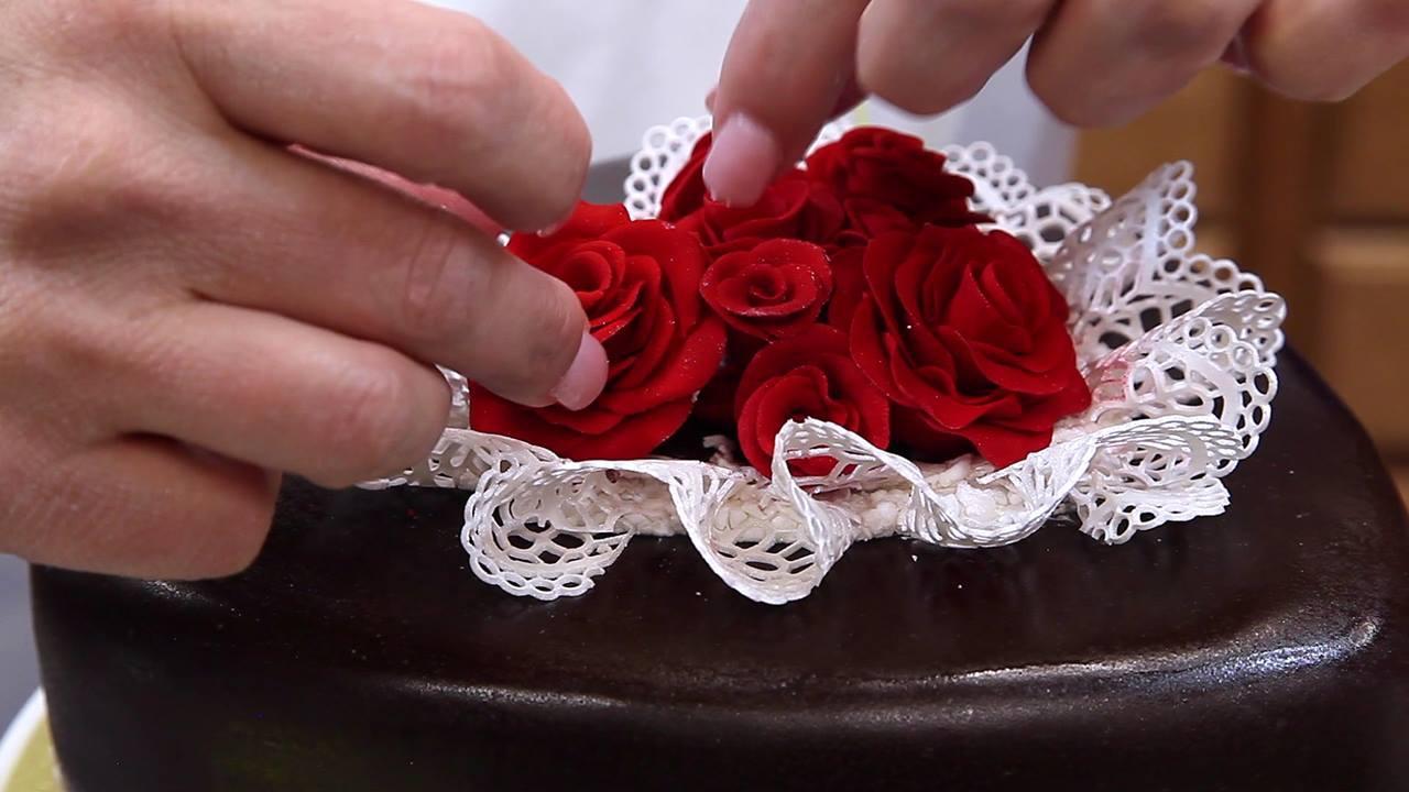 Bolo com decoração para o dia dos namorados, que ideia linda!