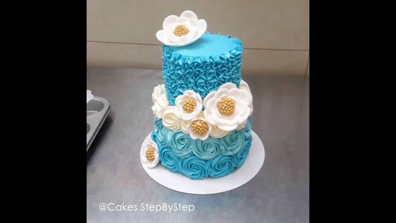 Bolo com flores azuis em degradê e flores brancas com miolo dourado