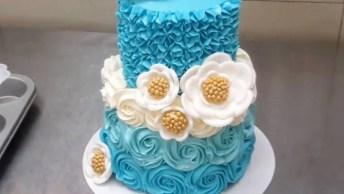 Bolo Com Flores Azuis Em Degradê E Flores Brancas Com Miolo Dourado!