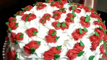Bolo Com Flores Brancas E Vermelhas, Um Belíssimo Trabalho!